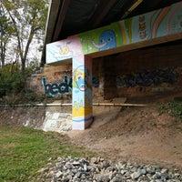 Das Foto wurde bei Atlanta BeltLine Corridor under Highland Ave. von scott .. am 11/21/2017 aufgenommen