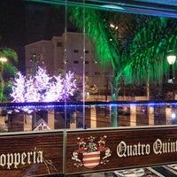 Foto tirada no(a) Quatro Quintas Chopperia & Gourmet por Adriano M. em 12/28/2013