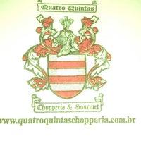 Foto tirada no(a) Quatro Quintas Chopperia & Gourmet por Adriano M. em 3/1/2013