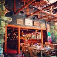 Das Foto wurde bei Clyde's Tower Oaks Lodge von Stephen B. am 7/16/2013 aufgenommen