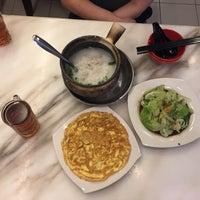 Photo taken at 狮城芽笼九巷活田鸡 Restoran Geylang Lor9 Fresh Frog Porridge (PJ) by Danny C. on 2/1/2017