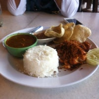 Photo taken at Restoran Pak Mal Nasi Ayam by Ady W. on 11/8/2012