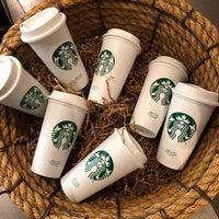 Foto scattata a Starbucks da Kathie H. il 4/10/2018