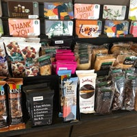 Foto tomada en Starbucks por Kathie H. el 8/17/2018
