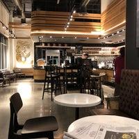 Foto scattata a Starbucks da Kathie H. il 4/13/2018