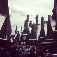 Photo taken at The Wizarding World Of Harry Potter - Hogsmeade by Pessoa J. on 6/7/2013
