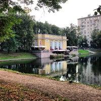 Foto tirada no(a) Patriarshiye Ponds por Sergey L. em 8/20/2013
