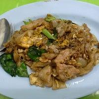 Photo taken at ป๋าอู๊ด ราดหน้ายอดผัก by Angkhana S. on 3/30/2014