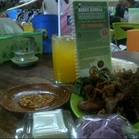 Photo taken at Bebek Goreng H. Slamet by uyuy l. on 9/26/2013