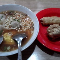 Photo taken at Bakso Bakwan Malang (BBM) OKE by Euis S. on 12/6/2014