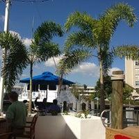 Foto tirada no(a) Bimini Boatyard Bar & Grill por Katja . em 1/24/2013