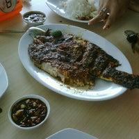 Photo taken at Iwak'e Seafood by Prilia P. on 12/15/2012