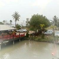 Photo taken at ปลาชานเมือง by Wannikar y. on 2/10/2013
