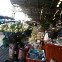 Photo taken at ลานจอดรถ1 ลานผักสด@ตลาดไทย by Kimmy S. on 4/24/2013