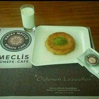 11/29/2015 tarihinde Ahmet A.ziyaretçi tarafından Meclis Künefe & Cafe'de çekilen fotoğraf