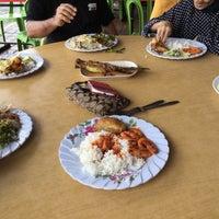 Photo taken at Restoran Ikan Bakar Alifuddin by Adriana on 1/24/2017