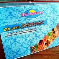 Photo taken at Kek Lapis Sarawak - Siti Payung by Naded C. on 10/30/2017