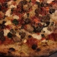 รูปภาพถ่ายที่ Emilia's Pizzeria โดย Lana C. เมื่อ 2/18/2016