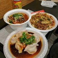 Foto tirada no(a) Xi'an Famous Foods por Joanna F. em 5/11/2017