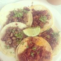 Das Foto wurde bei Tacos La Banqueta von Peter V. am 7/27/2015 aufgenommen