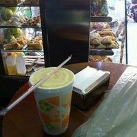 Photo taken at Uva Verde - Café e Sucos by Raul O. on 9/15/2012