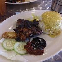 Photo taken at 33 Food Court Bukit Bintang (Medan Selera) by KYspeaks on 5/16/2013