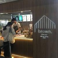 Foto scattata a Brown Café da T O N G. il 9/17/2018