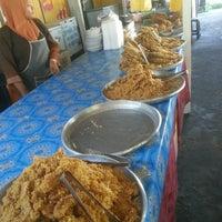 Photo taken at Medan Selera Pantai Teluk Ketapang, Terengganu by Jeff R. on 11/10/2015