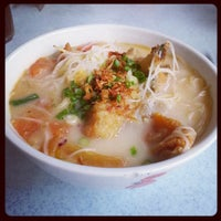 Photo taken at Woo Pin Fish Head Noodles by Rachel S. on 4/18/2013