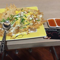 Photo taken at แชมป์ผัดไท หอยทอด Flavour Central Food Hall by Tukta Z. on 12/23/2015