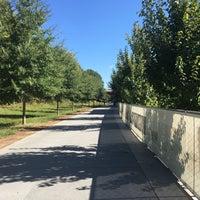 Das Foto wurde bei Atlanta BeltLine Corridor under Highland Ave. von Laura am 10/5/2017 aufgenommen