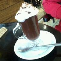 Photo taken at Supremo Arábica - Café & Chocolate by Thiago A. on 9/27/2012