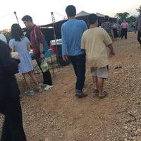 Photo taken at คลองถมใหม่(ตรงข้ามอนุเสาวรีย์พระยาไชยบูรณ์) by Rika B. on 12/29/2015