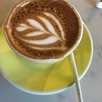Foto scattata a Three Seat Espresso & Barber da Madeline H. il 2/2/2018