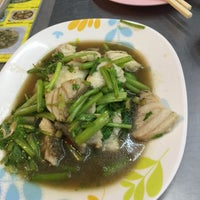 Photo taken at เฮง ข้าวต้มหัวปลา by Saijai P. on 1/20/2018