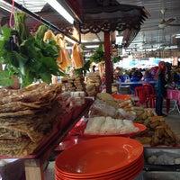 Photo taken at Taiping Bomba Yong Tau Foo by Moq on 10/13/2013