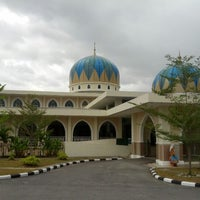 Photo taken at Masjid Al-Hidayah by muadzwankhairuzzaman on 2/3/2013