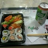 Foto tirada no(a) Fujisan Sushi por Samuel A. em 12/23/2012