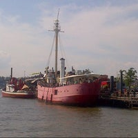 Снимок сделан в Lightship Frying Pan @ Pier 66 Maritime пользователем Quyen S. 7/27/2013