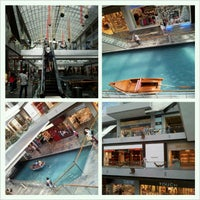 Foto scattata a The Shoppes At Marina Bay Sands da Pepsi il 12/30/2012