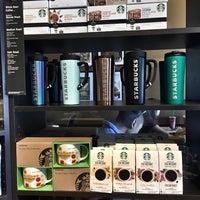 Foto tirada no(a) Starbucks por Mike H. em 5/9/2016
