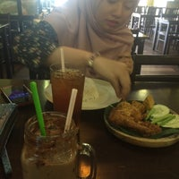 Photo taken at Ayam Penyet Best by Ainaa A. on 3/28/2016