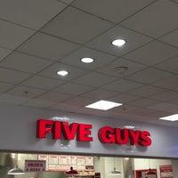 Foto scattata a Five Guys da Bernie C. il 1/14/2018