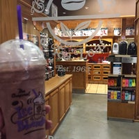Photo taken at The Coffee Bean & Tea Leaf by Salvador F. on 12/14/2014