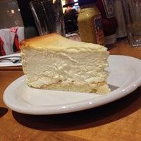 Foto tomada en Junior's Restaurant & Bakery por Christopher M. el 9/22/2013