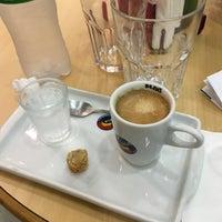 Foto diambil di Café Blenz oleh Fernando K. pada 3/27/2016