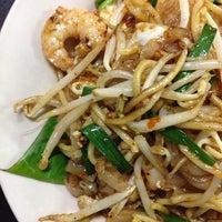 Photo taken at 红厨槟城炒 Top Kitchen by Joyce H. on 8/12/2014