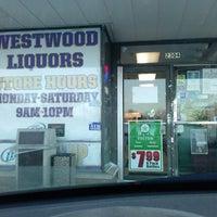 Foto tirada no(a) Westwood Liquors por Halsey L. em 1/27/2014