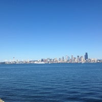 Photo prise au Alki Beach Path par Tawni L. le7/13/2013