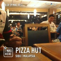 Photo taken at Pizza Hut by JiellaLurve S. on 3/29/2013